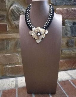 Collana artigianale con perle e fiore